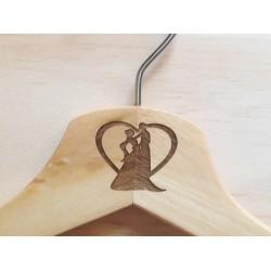 Percha de madera natural grabada con dibujo o logo para boda, comunión, fiesta