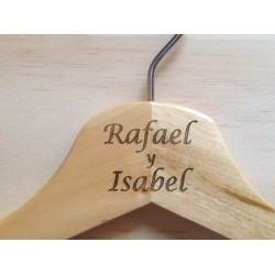 Percha personalizada con grabado laser sobre madera natural